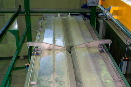Extrusion dies cleaning with caustic soda